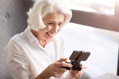 Femme comblée jouant des jeux vidéo Photos libres de droits