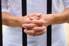 Femme comme otage avec des mains derrière des barres Photo libre de droits