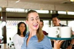 Femme comme serveuse dans un bar ou un restaurant Image libre de droits