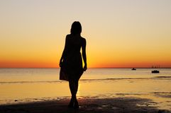 Femme comme silhouette par la mer Photo libre de droits