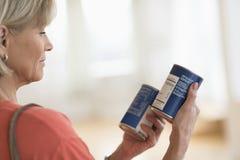 Femme comparant des produits dans la boutique Images stock