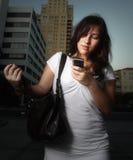 Femme composant un téléphone portable Image stock