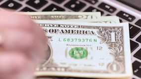 Femme comptable avec l'argent banque de vidéos