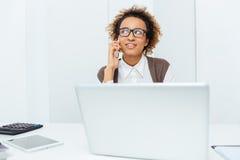 Femme comptable de sourire d'afro-américain parlant au téléphone portable Photos libres de droits