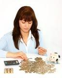 Femme comptant des pièces de monnaie Image libre de droits