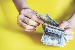Femme comptant l'argent, concept d'économie, affectation d'argent photographie stock