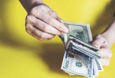 Femme comptant l'argent, concept d'économie, affectation d'argent image libre de droits
