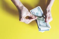 Femme comptant l'argent, concept d'économie, affectation d'argent photos libres de droits