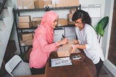 Femme comptant sur le paquet sur une étagère photos libres de droits