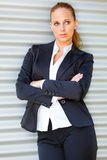 Femme concentré d'affaires près de l'immeuble de bureaux Images stock