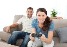Femme concentrée jouant des jeux vidéo Image libre de droits