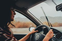 Femme conduisant dans une tempête photographie stock