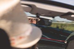 Femme conduisant la voiture images stock