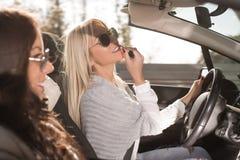 Femme conduisant la voiture photographie stock libre de droits