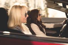 Femme conduisant la voiture photographie stock