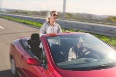Femme conduisant la voiture photo stock