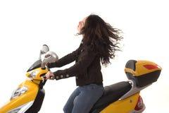 Femme conduisant le scooter électrique sans le casque Photo stock