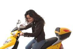 Femme conduisant le scooter électrique sans le casque Images stock