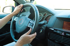 Femme conduisant le véhicule Photo stock