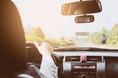 Femme conduisant le véhicule Image stock