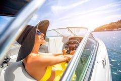 Femme conduisant le yacht Photo stock