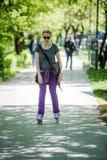 Femme conduisant les patins intégrés Photo stock