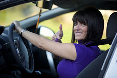 Femme conduisant son véhicule neuf Image stock