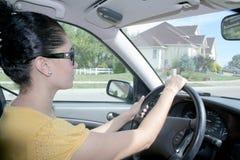 Femme conduisant un véhicule Photo stock