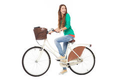 Femme conduisant un vélo Photos stock