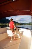 Femme conduisant un yacht image libre de droits