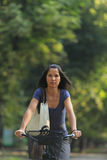 Femme conduisant une bicyclette Photo stock