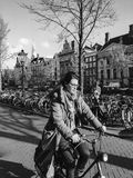 Femme conduisant une bicyclette Image stock