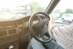 Femme conduisant une voiture dans la ville Photo stock