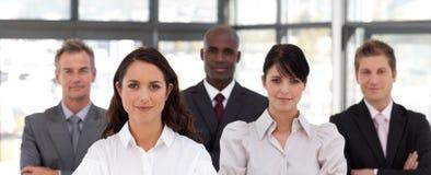 Femme confiant d'affaires aboutissant une équipe Image stock