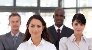 Femme confiant d'affaires aboutissant une équipe Image libre de droits