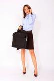 Femme confiante moderne d'affaires avec une serviette Photo stock