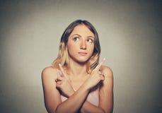 Femme confuse d'isolement sur le fond gris de mur photos libres de droits