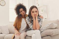 Femme consolant son ami déprimé à la maison Image stock