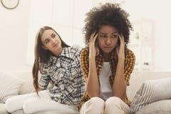 Femme consolant son ami déprimé à la maison Photographie stock libre de droits