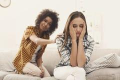 Femme consolant son ami déprimé à la maison Photos stock