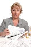 Femme consterné au-dessus des factures de soins de santé Photo libre de droits