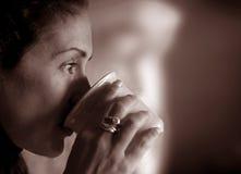 Femme contemplant sa durée Image stock
