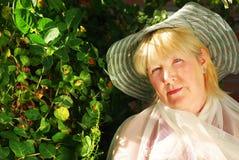 Femme content dans un jardin Images libres de droits