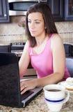 Femme contrôlant l'email Photographie stock