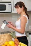 Femme contrôlant la facture Photos stock