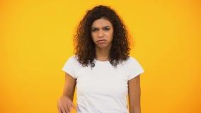 Femme contrariée de métis regardant avec le dégoût et la main de ondulation, qualité inférieure banque de vidéos