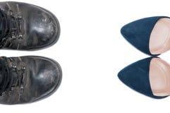 Femme contre des chaussures de l'homme Images stock
