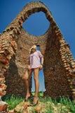 Femme contre des ruines abandonnées Image stock