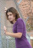 Femme contre la frontière de sécurité Images stock