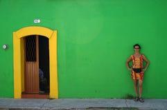 Femme contre le mur vert image stock